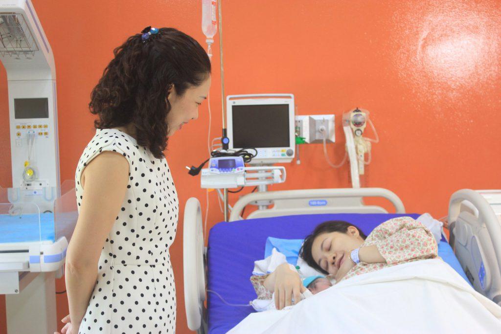Lãnh đạo bệnh viện Tâm Anh thăm hỏi, tặng hoa, quà và chúc mừng gia đình