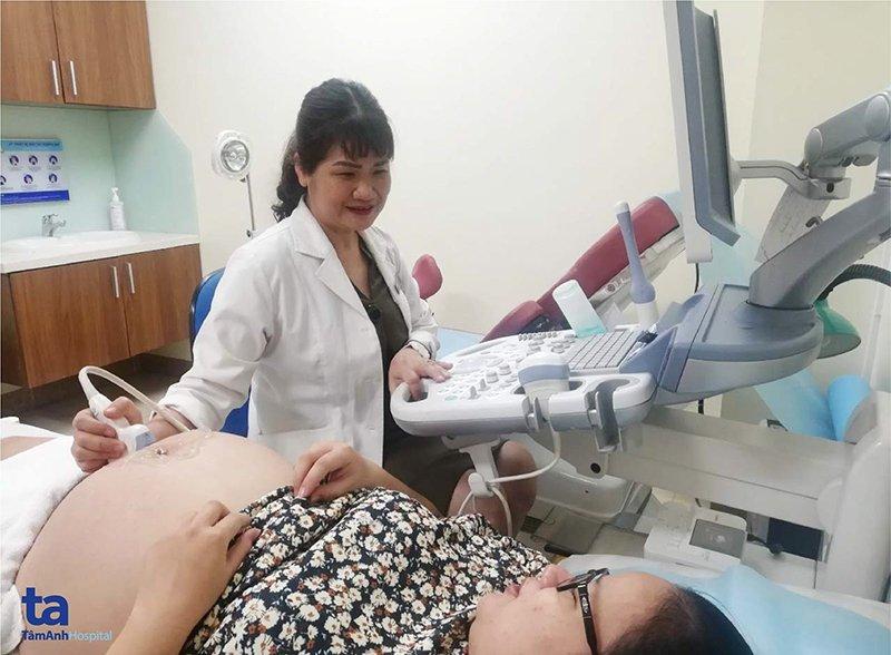 Bác sĩ đang tiến hành siêu âm thai