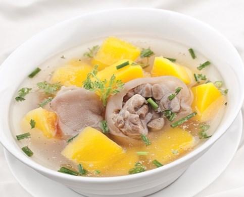 Sau sinh mẹ nên ăn uống đa dạng, không nên chỉ ăn một vài món như móng giò hầm trong nhiều ngày
