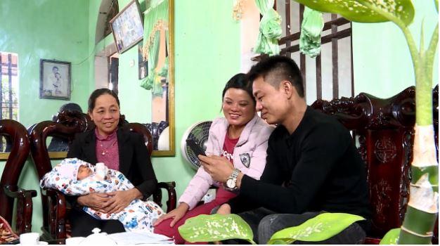 Mẹ chồng chị Lụa cùng hai vợ chồng chị (bên phải) hạnh phúc nhìn ngắm hình ảnh con gái