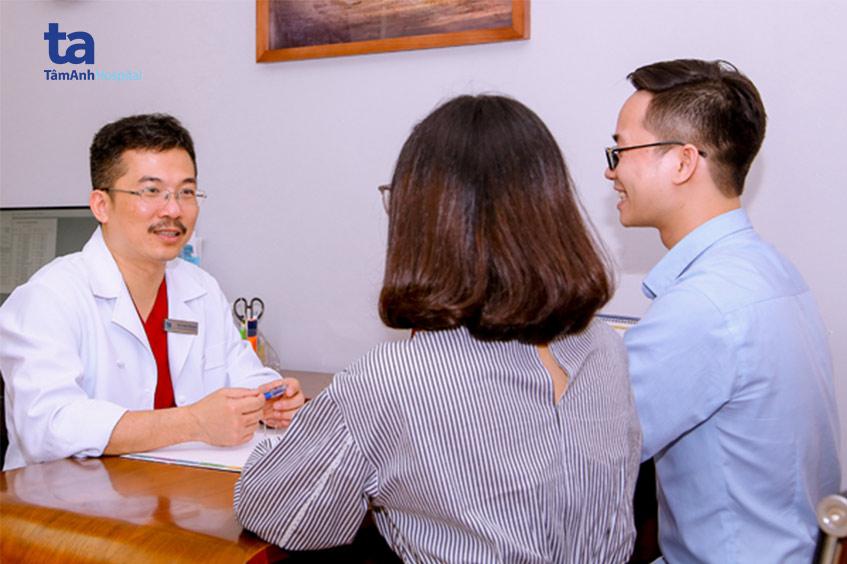 Bác sĩ Lê Hoàng tư vấn cho bệnh nhân vô sinh hiếm muộn.