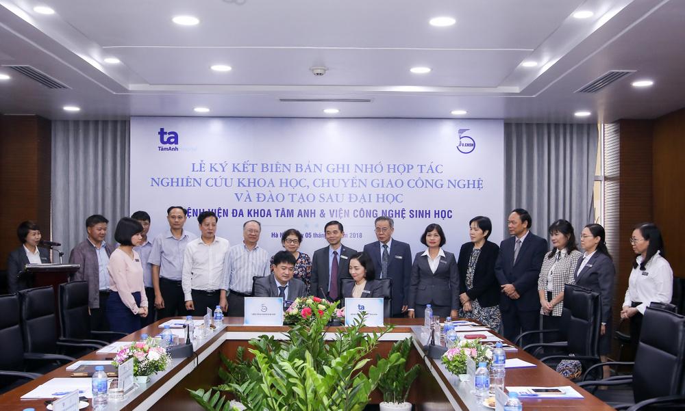 Đại diện Viện Công nghệ sinh học PGS.TS.Chu Hoàng Hà và ThS.Ngô Thị Ngọc Hoa - Tổng giám đốc BVĐK Tâm Anh ký biên bản hợp tác.