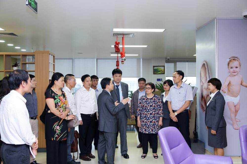 PGS.TS.BS Đồng Khắc Hưng - Phó TGĐ BV Tâm Anh giới thiệu Bệnh viện tới các lãnh đạo Viện Công nghệ sinh học.
