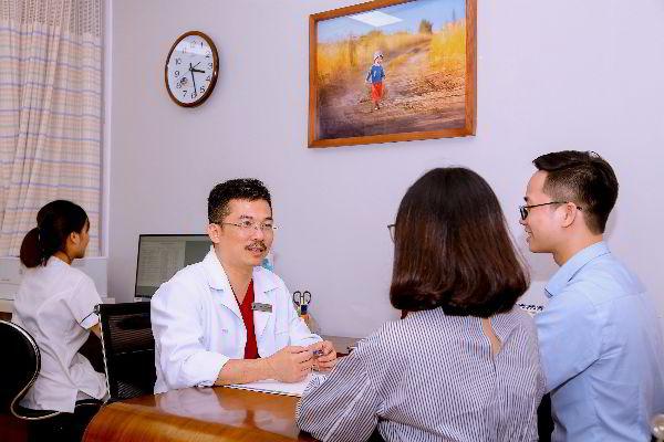 PGS.TS.BS. Lê Hoàng - người có 20 năm kinh nghiệm trong ngành Hỗ trợ sinh sản, hiện là GĐ Trung tâm IVFTA, đang khám và tư vấn cho bệnh nhân