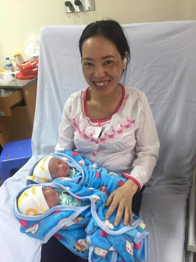 Chị T. hạnh phúc ôm 2 con vào lòng sau một hành trình đầy khó khăn