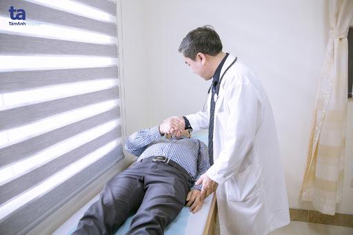"""Bên cạnh cái tâm với nghề, PGS.TS.BSCKII Nguyễn Văn Liệu luôn dành cái """"tình"""" đặc biệt cho những bệnh nhân của mình"""