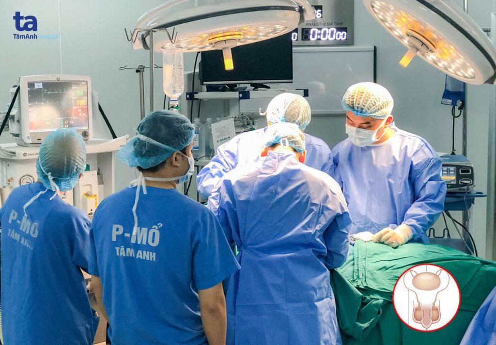 Các bác sĩ BVĐK Tâm Anh, Hà Nội đang tiến hành phẫu thuật