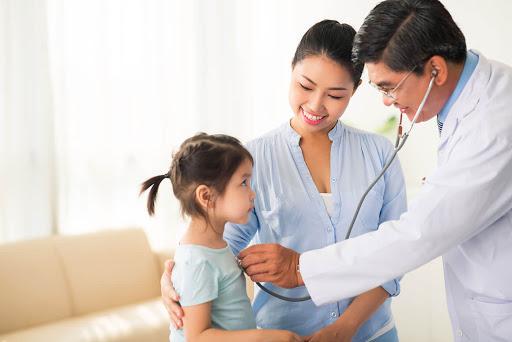 Trẻ em bị viêm phổi cần được khám và điều trị theo chỉ định của bác sĩ