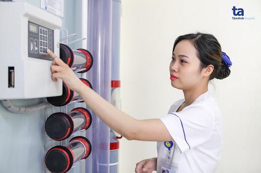 Khoa xét nghiệm Bệnh viện Đa khoa Tâm Anh, Hà Nội được trang bị máy móc hiện đại giúp chẩn đoán bệnh viêm phổi ở trẻ em nhanh chóng và chính xác