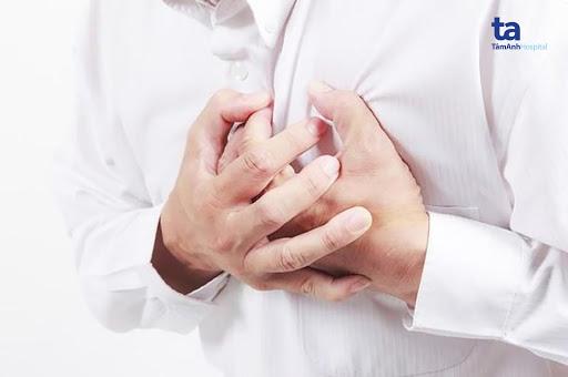 Người mắc viêm cơ tim có biểu hiện đau tức ngực.