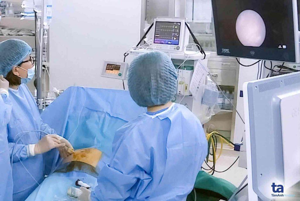 ThS.BS Đinh Thị Hiền Lê trong một ca phẫu thuật nội soi cứu sống cặp sinh đôi bị hội chứng truyền máu song thai