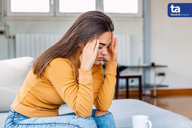 Đau đầu, nhất là vào sáng sớm, là triệu chứng thường gặp ở người bệnh