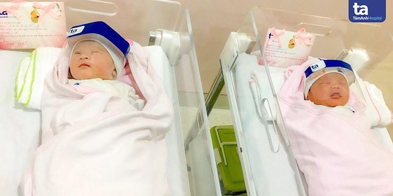 Trẻ sơ sinh được mang mũ chống gọt bắn phòng chống Covid-19 tại khoa Sản và khoa Nhi sơ sinh, BVĐK Tâm Anh