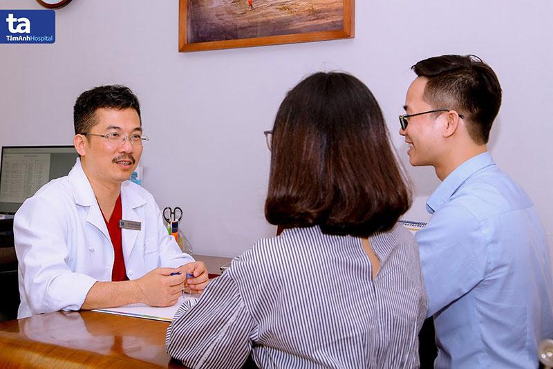 PGS.TS.BS Lê Hoàng, Giám đốc Trung tâm Hỗ trợ sinh sản, Bệnh viện Đa khoa Tâm Anh, Hà Nội trực tiếp khám, tư vấn và điều trị cho các trường hợp vô sinh hiếm muộn