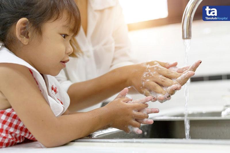 Rửa tay trước khi tiếp xúc thực phẩm, trong và sau khi chế biến, trước khi ăn để ngăn ngừa vi khuẩn