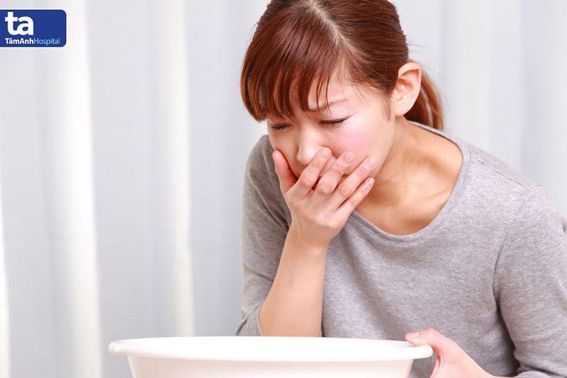 Người bị ngộ độc thực phẩm có thể đau bụng dữ dội, buồn nôn, tiêu chảy nhiều lần