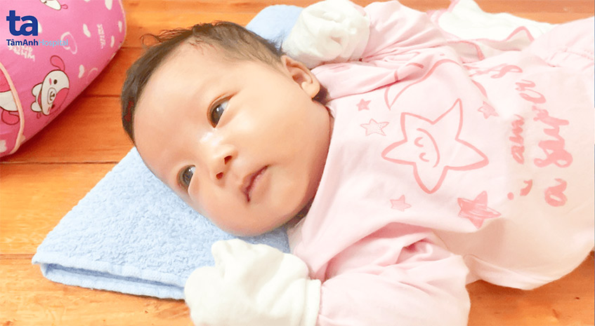 Bé Đỗ Hồng Khanh lanh lợi, đáng yêu lúc tròn 1 tháng tuổi