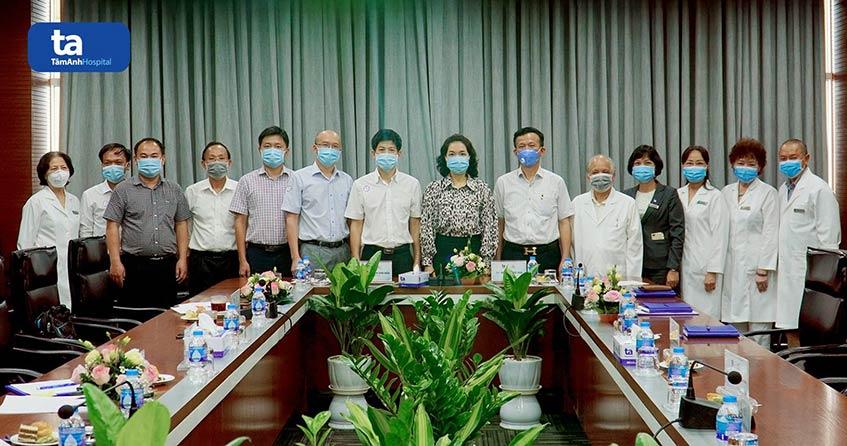 Các chuyên gia cùng lãnh đạo hai bệnh viện chụp ảnh lưu niệm