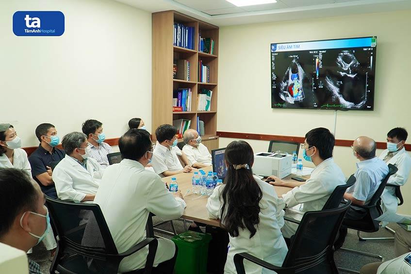 Các chuyên gia đầu ngành của hai bệnh viện cùng hội chẩn về ca bệnh đầu tiên