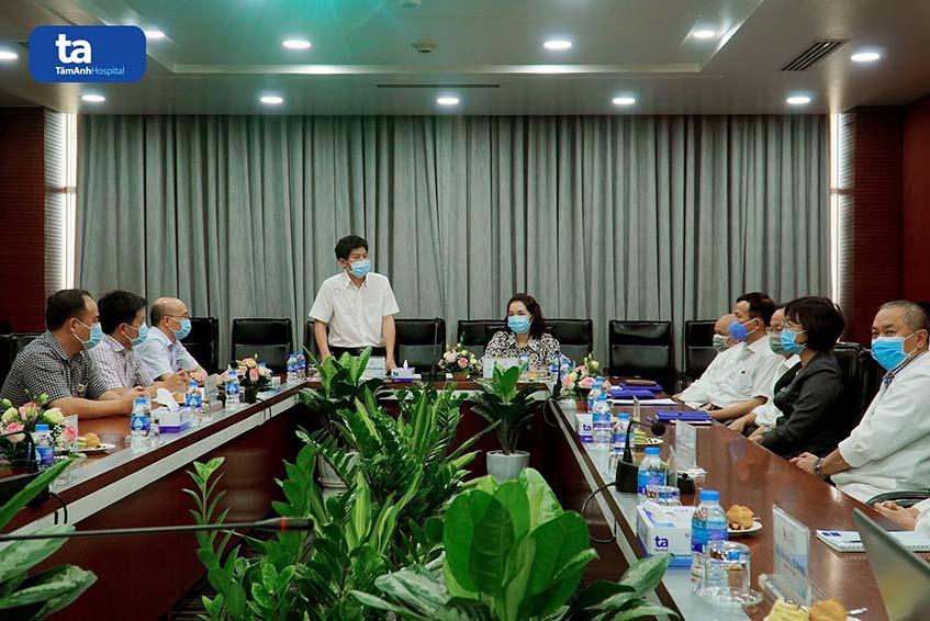 PGS.TS. Nguyễn Sinh Hiền, Giám đốc bệnh viện Tim Hà Nội phát biểu trong buổi lễ ký kết